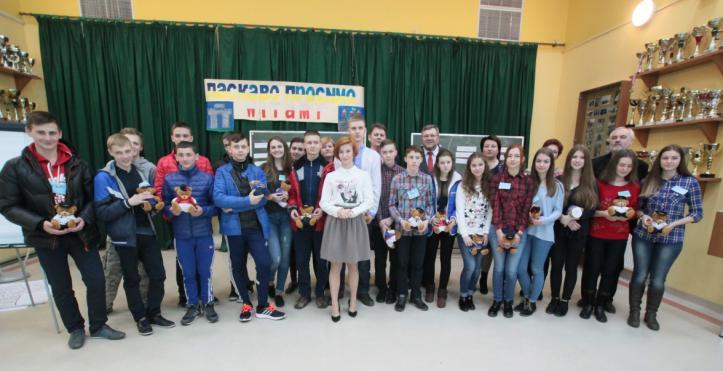 Młodzież ukraińska (z Równego i Śniatynia) uczestnicząca w projekcie wraz z opiekunami i Burmistrzem Kartuz